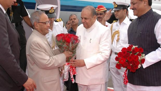Maharashtra Governor K Sankaranarayanan welcomes President Pranab Mukherjee to Mumbai, 2012