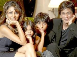 Shahrukh khan with his family at his home Mannat 1_thumb